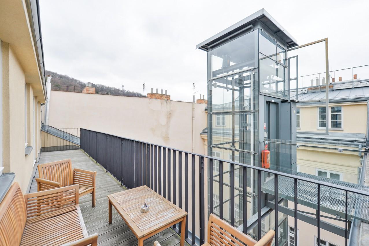 Velký byt na Malé Straně s terasou
