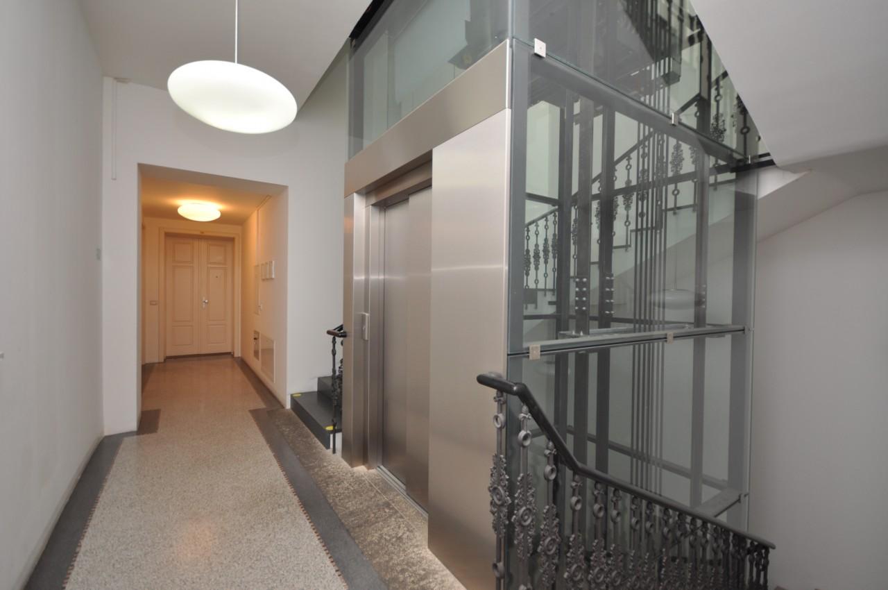 Apartmán se dvěmi garážemi a výhledem na dominantní palác
