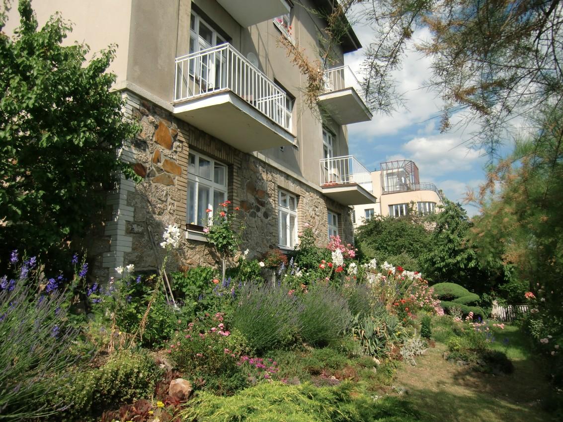 Dům s devíti byty a výhledy na celou Prahu